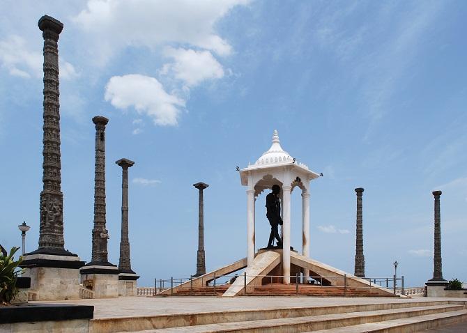 17 gandhi statue