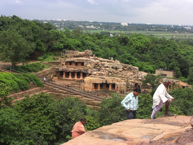 Looking_onto_the_Udayagiri_caves_from_Khandagiri,_in_Bhubaneswar