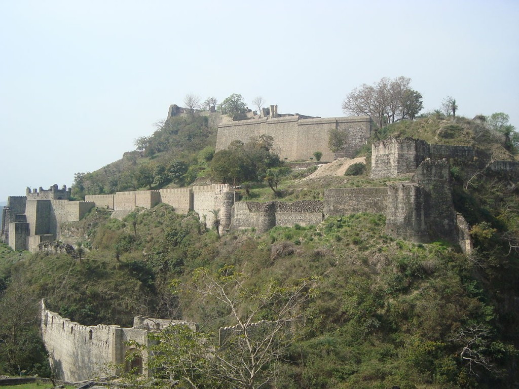 1200px-Kangra_Fort_from_Sansar_Chandra_Museum_02